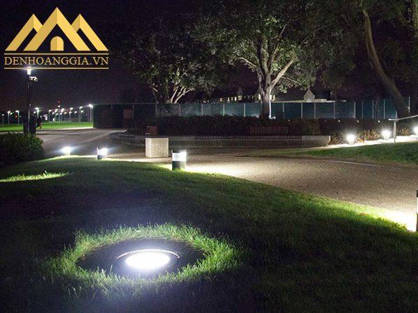 Đèn âm sàn lắp đặt chiếu sáng và trang trí ở các bãi cỏ trong công viên
